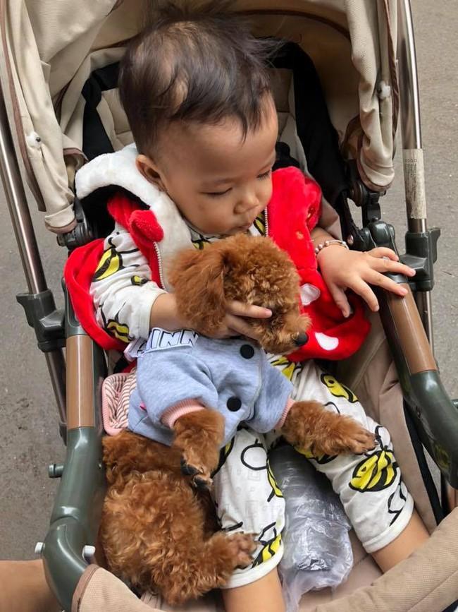 Bò chơi quanh nồi cơm điện, bé 1 tuổi bị bỏng hơi để lại sẹo co rút các ngón tay - Ảnh 6.