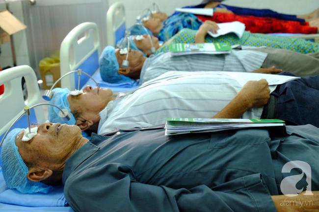 """Hơn 100 phụ nữ miền Tây nghèo bị bệnh """"ra khỏi nhà là té"""" được bác sĩ Sài Gòn đến cứu - Ảnh 8."""