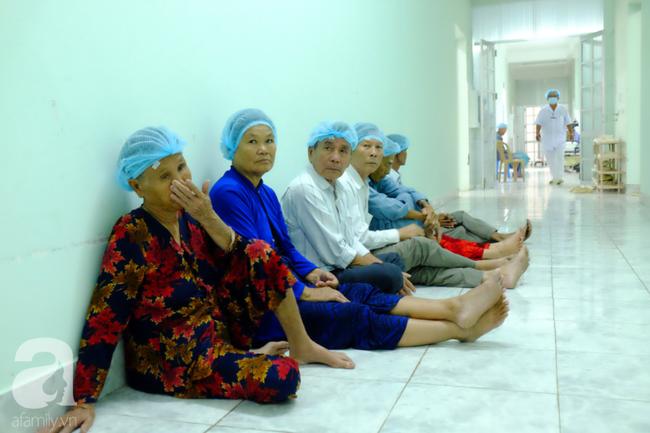 """Hơn 100 phụ nữ miền Tây nghèo bị bệnh """"ra khỏi nhà là té"""" được bác sĩ Sài Gòn đến cứu - Ảnh 7."""