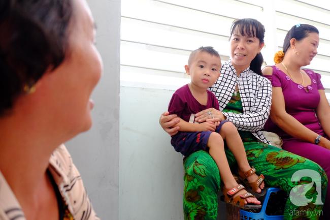 """Hơn 100 phụ nữ miền Tây nghèo bị bệnh """"ra khỏi nhà là té"""" được bác sĩ Sài Gòn đến cứu - Ảnh 5."""