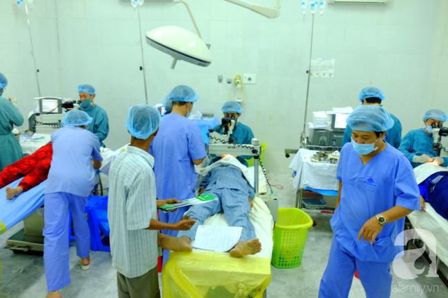 """Hơn 100 phụ nữ miền Tây nghèo bị bệnh """"ra khỏi nhà là té"""" được bác sĩ Sài Gòn đến cứu - Ảnh 13."""