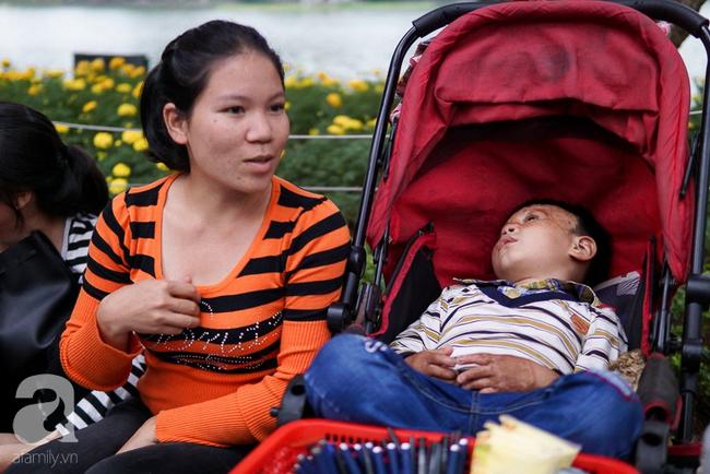 Giấc mơ bên chiếc xe nôi của người mẹ có con trai bỏng mắt do cháy nhà, 2 năm trời không thể khép mi ngủ - Ảnh 1.