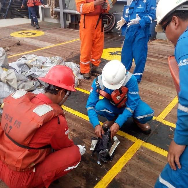 Hiện trường thảm khốc vụ máy bay chở 189 hành khách rơi xuống biển ở Indonesia, thi thể hành khách đầu tiên được tìm thấy - Ảnh 4.