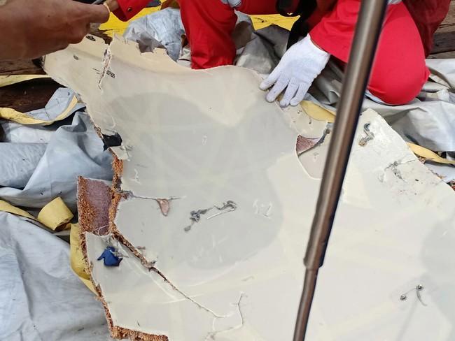 Hiện trường thảm khốc vụ máy bay chở 189 hành khách rơi xuống biển ở Indonesia, thi thể hành khách đầu tiên được tìm thấy - Ảnh 5.