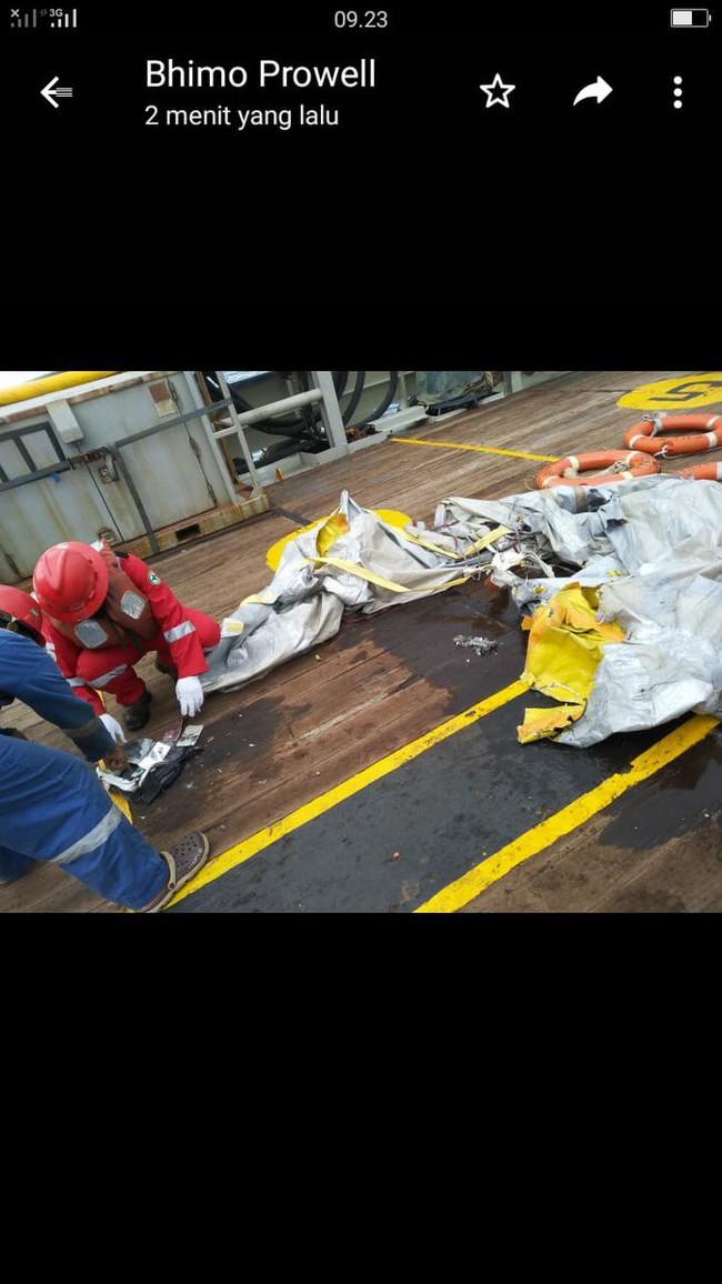 Hiện trường thảm khốc vụ máy bay chở 189 hành khách rơi xuống biển ở Indonesia, thi thể hành khách đầu tiên được tìm thấy - Ảnh 6.