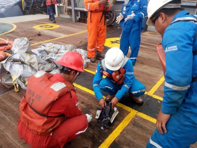 Hiện trường thảm khốc vụ máy bay chở 189 hành khách rơi xuống biển ở Indonesia, thi thể hành khách đầu tiên được tìm thấy - Ảnh 9.