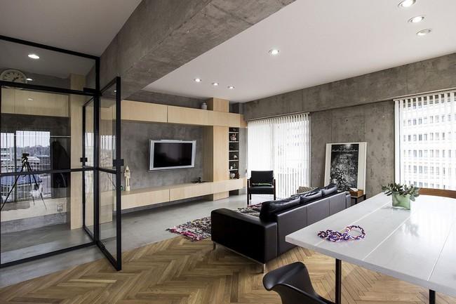 Ấn tượng với cách cải tạo căn hộ ở Nhật Bản với cửa xoay, tường kính và kết cấu đa dạng - Ảnh 2.