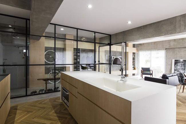 Ấn tượng với cách cải tạo căn hộ ở Nhật Bản với cửa xoay, tường kính và kết cấu đa dạng - Ảnh 8.