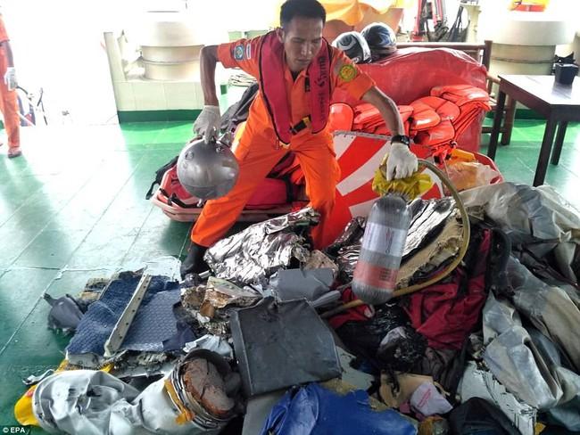 Hiện trường thảm khốc vụ máy bay chở 189 hành khách rơi xuống biển ở Indonesia, thi thể hành khách đầu tiên được tìm thấy - Ảnh 12.