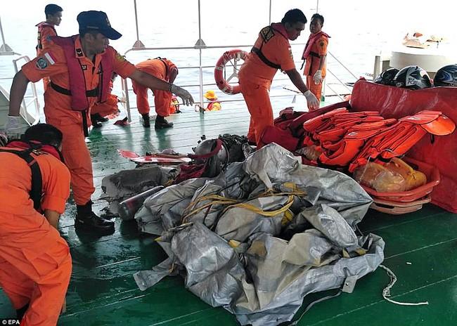 Hiện trường thảm khốc vụ máy bay chở 189 hành khách rơi xuống biển ở Indonesia, thi thể hành khách đầu tiên được tìm thấy - Ảnh 13.