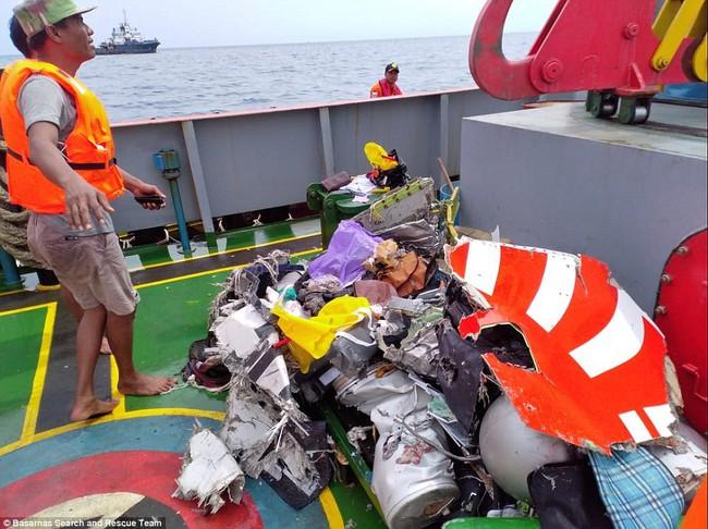 Hiện trường thảm khốc vụ máy bay chở 189 hành khách rơi xuống biển ở Indonesia, thi thể hành khách đầu tiên được tìm thấy - Ảnh 15.