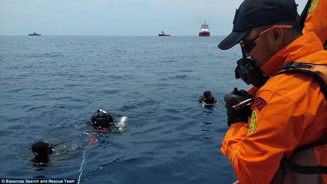 Hiện trường thảm khốc vụ máy bay chở 189 hành khách rơi xuống biển ở Indonesia, thi thể hành khách đầu tiên được tìm thấy - Ảnh 17.