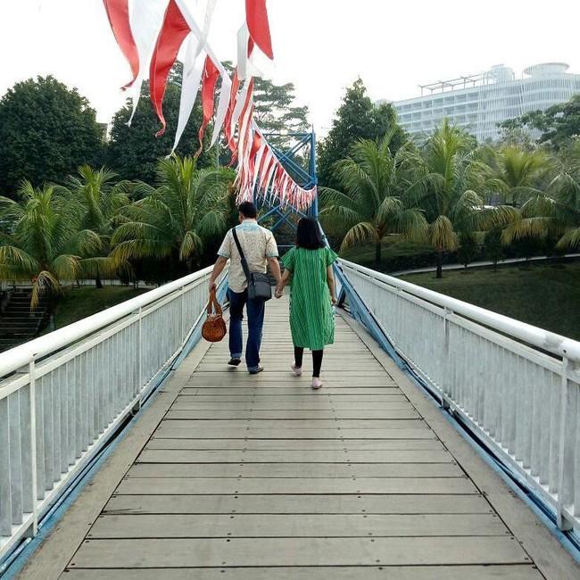 Bức hình ám ảnh trong tai nạn máy bay rơi ở Indonesia: Đôi vợ chồng nắm tay nhau đi đến thiên đường - Ảnh 3.