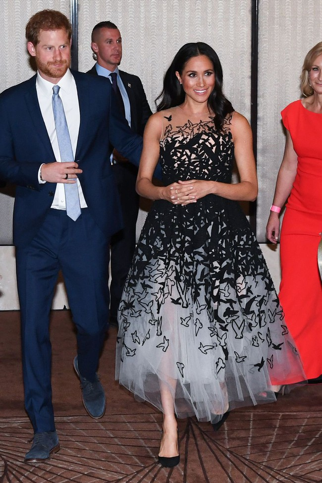Vài ngày sau khi diện đầm 300 triệu VNĐ, Công nương Meghan xuất hiện với váy bầu bình dân có giá chỉ 1 triệu VNĐ - Ảnh 2.