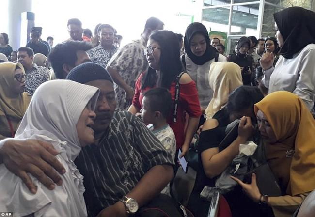 Hiện trường thảm khốc vụ máy bay chở 189 hành khách rơi xuống biển ở Indonesia, thi thể hành khách đầu tiên được tìm thấy - Ảnh 18.