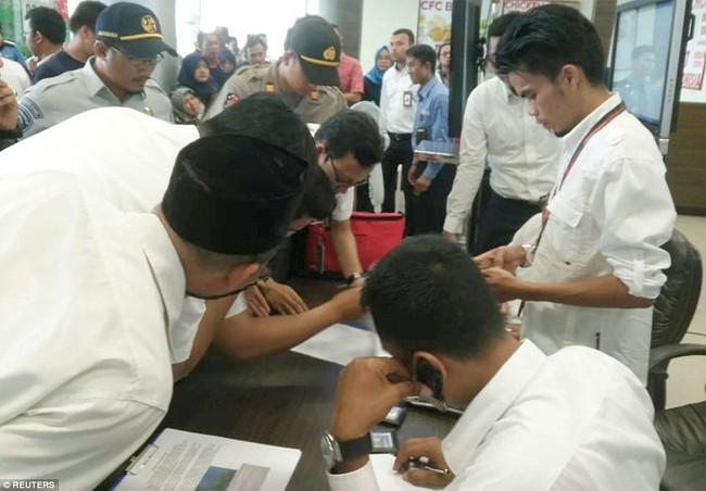 Hiện trường thảm khốc vụ máy bay chở 189 hành khách rơi xuống biển ở Indonesia, thi thể hành khách đầu tiên được tìm thấy - Ảnh 21.