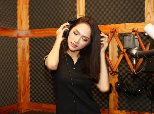 Hoa hậu Hương Giang gây thích thú khi trở lại phòng thu, nhưng fan lại tinh ý phát hiện ra điểm tương đồng này - Ảnh 5.
