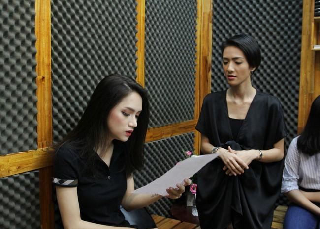 Hoa hậu Hương Giang gây thích thú khi trở lại phòng thu, nhưng fan lại tinh ý phát hiện ra điểm tương đồng này - Ảnh 1.