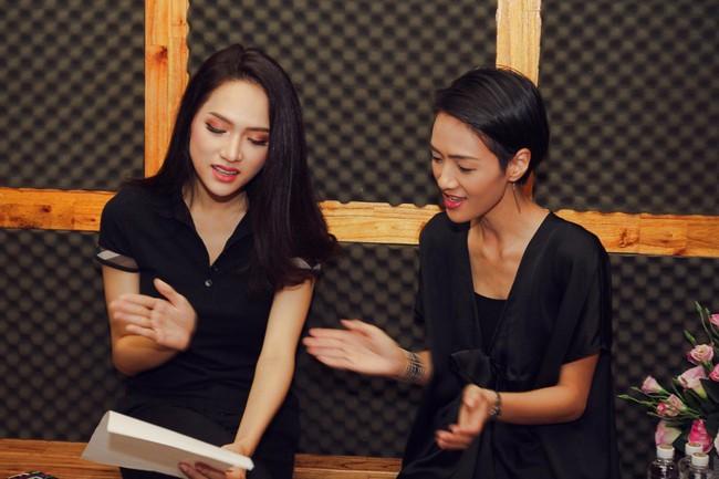 Hoa hậu Hương Giang gây thích thú khi trở lại phòng thu, nhưng fan lại tinh ý phát hiện ra điểm tương đồng này - Ảnh 3.