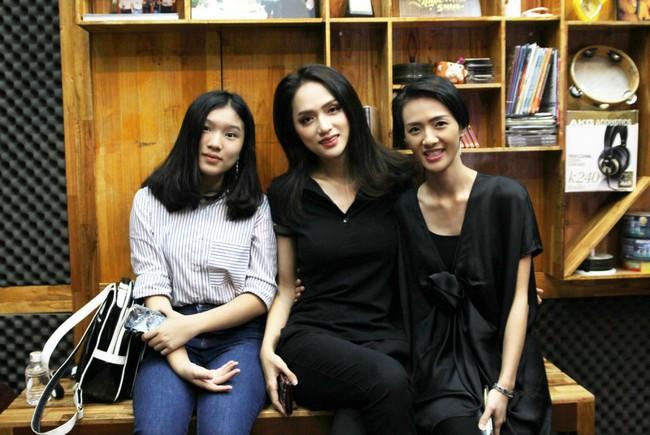 Hoa hậu Hương Giang gây thích thú khi trở lại phòng thu, nhưng fan lại tinh ý phát hiện ra điểm tương đồng này - Ảnh 4.