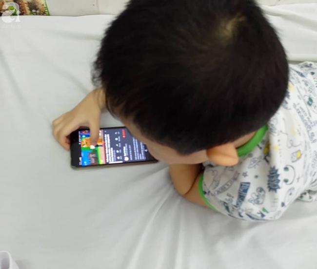 Dùng điện thoại dỗ con từ 1 tháng tuổi, lên 5 tuổi, con vẫn chưa biết nói và có nhiều hành động khó hiểu  - Ảnh 1.