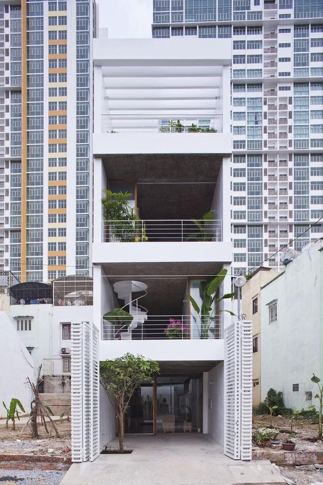 Ngôi nhà tối giản có màu trắng tinh khôi nổi bật trên đường phố Sài Gòn của người phụ nữ 30 tuổi - Ảnh 2.