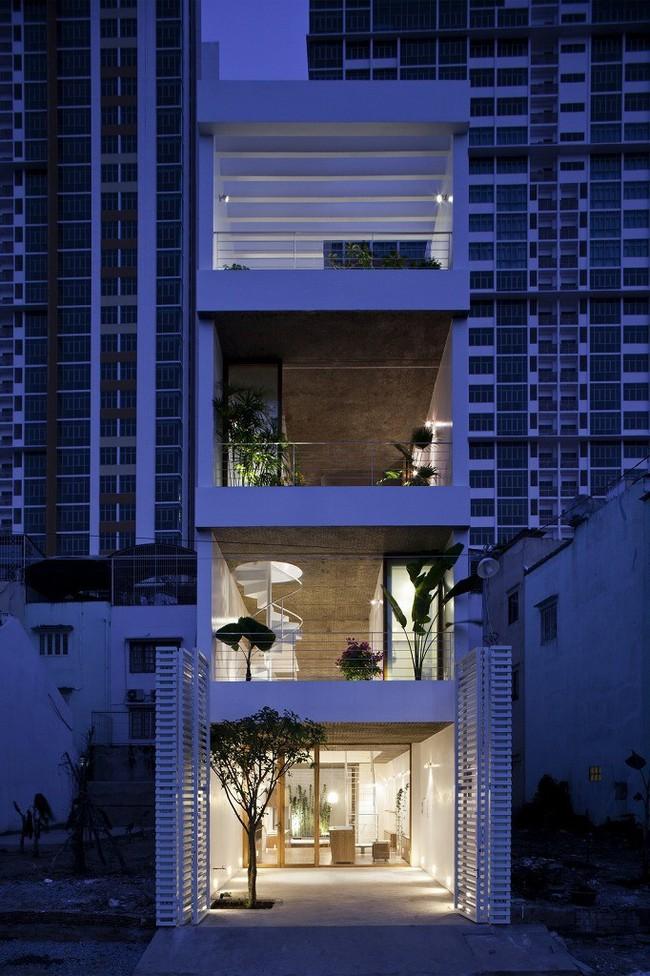 Ngôi nhà tối giản có màu trắng tinh khôi nổi bật trên đường phố Sài Gòn của người phụ nữ 30 tuổi - Ảnh 1.