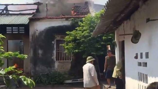 Vĩnh Phúc: Uống rượu say, con trai châm lửa đốt nhà, mặc cha mẹ ngăn cản - Ảnh 1.