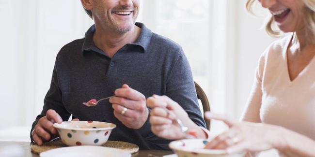 Vị bác sĩ 94 tuổi chưa từng bị cảm cúm suốt 10 năm do thói quen ăn loại thực phẩm quá đỗi quen thuộc này mỗi ngày - Ảnh 2.