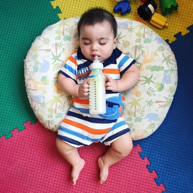 10 mẹo nhỏ giúp bố mẹ cho bé bú bình nhàn nhã hơn mà chẳng sách vở nào dạy - Ảnh 7.