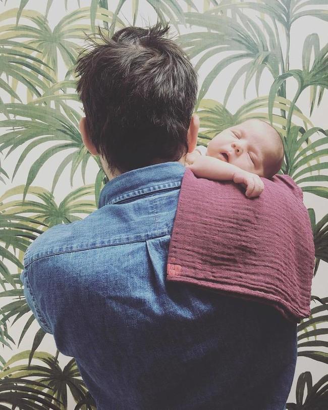10 mẹo nhỏ giúp bố mẹ cho bé bú bình nhàn nhã hơn mà chẳng sách vở nào dạy - Ảnh 9.