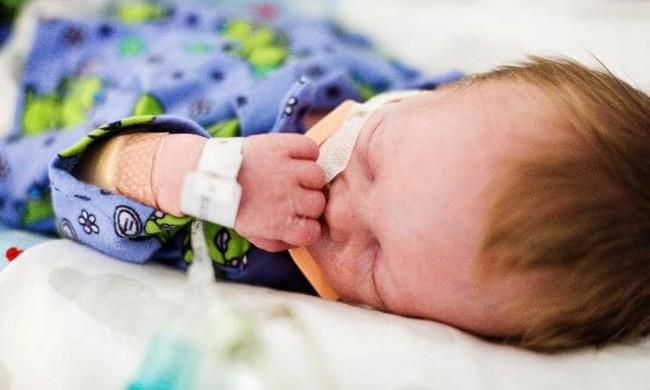 Bế con trên tay vẫn hồng hào nhưng mẹ không ngờ con đã đột tử vì hội chứng nguy hiểm ở trẻ sơ sinh - Ảnh 4.