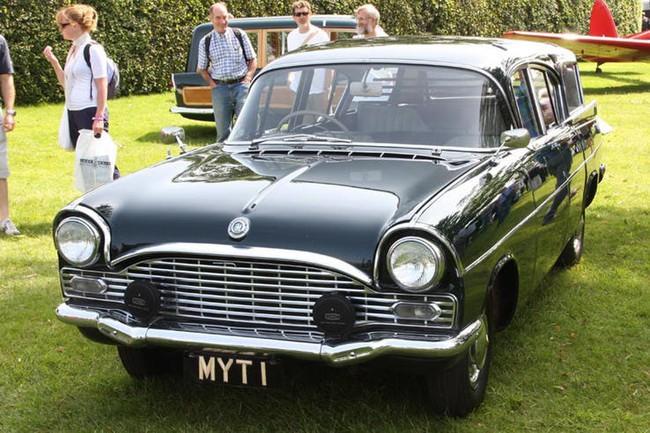 Có một sự thật bất ngờ là Nữ hoàng không có bằng lái xe nhưng bộ sưu tập xe hơi của bà khiến nhiều người phải choáng ngợp - Ảnh 19.