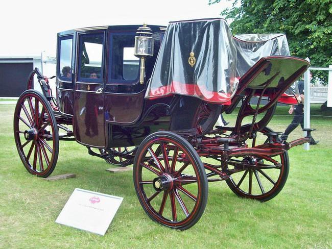 Có một sự thật bất ngờ là Nữ hoàng không có bằng lái xe nhưng bộ sưu tập xe hơi của bà khiến nhiều người phải choáng ngợp - Ảnh 27.