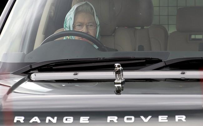 Có một sự thật bất ngờ là Nữ hoàng không có bằng lái xe nhưng bộ sưu tập xe hơi của bà khiến nhiều người phải choáng ngợp - Ảnh 1.