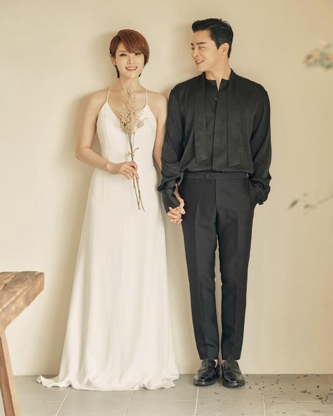 Nữ ca sĩ Hậu duệ mặt trời và tài tử Jo Jung Suk tuyên bố đã kết hôn, lên top 1 Naver với bộ ảnh cưới đẹp ngất ngây - Ảnh 3.