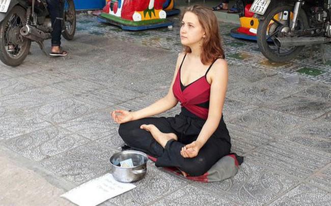 Cô gái Nga xinh đẹp ngồi thiền trên vỉa hè ở Phú Quốc để xin tiền bất ngờ quay lại - Ảnh 1.