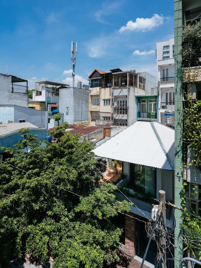 Ngôi nhà cấp 4 hóa biệt thự sân vườn đẹp thuyết phục tại Sài Gòn - Ảnh 1.