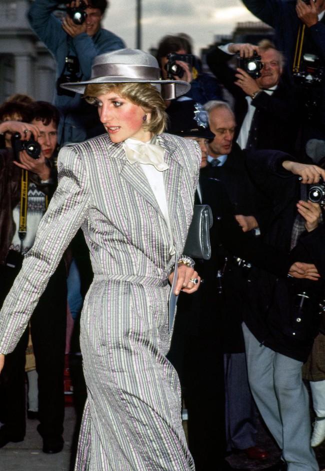 Đi đám cưới mà diện nào jumpsuit, nào menswear, Công nương Diana chính là khách mời Hoàng gia có style chất nhất - Ảnh 3.