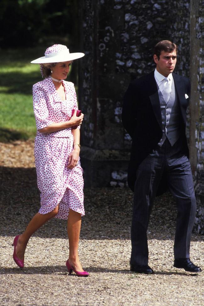 Đi đám cưới mà diện nào jumpsuit, nào menswear, Công nương Diana chính là khách mời Hoàng gia có style chất nhất - Ảnh 5.