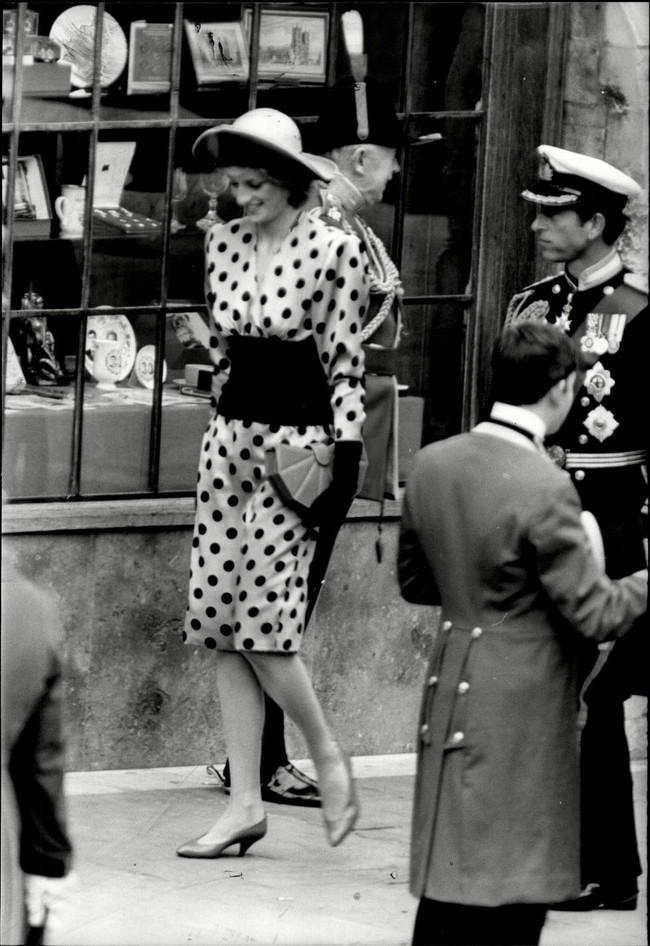 Đi đám cưới mà diện nào jumpsuit, nào menswear, Công nương Diana chính là khách mời Hoàng gia có style chất nhất - Ảnh 6.