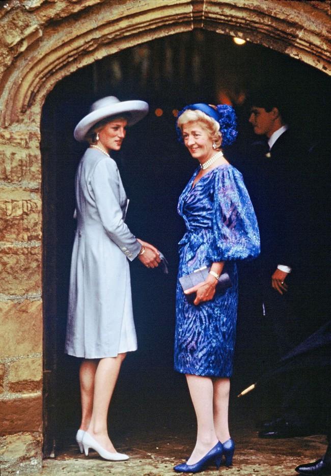 Đi đám cưới mà diện nào jumpsuit, nào menswear, Công nương Diana chính là khách mời Hoàng gia có style chất nhất - Ảnh 10.