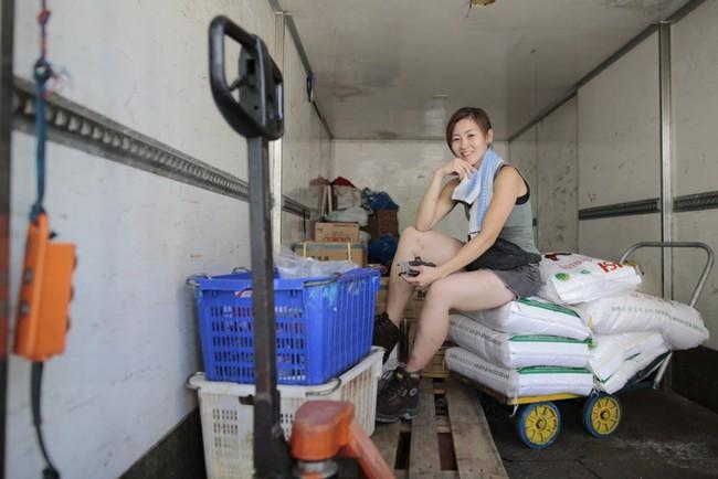 Nữ cửu vạn xinh đẹp thu nhập 50 triệu/tháng và những gian truân của nghề: khuân 60 thùng hàng, mỗi thùng nặng 100kg - Ảnh 2.