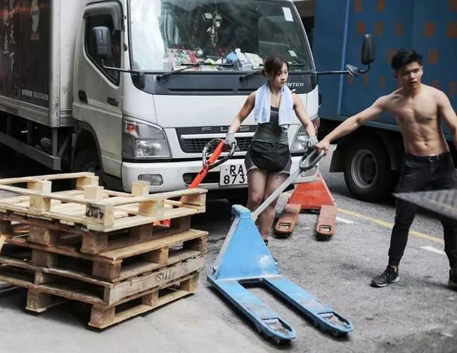 Nữ cửu vạn xinh đẹp thu nhập 50 triệu/tháng và những gian truân của nghề: khuân 60 thùng hàng, mỗi thùng nặng 100kg - Ảnh 8.