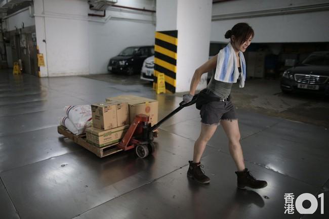 Nữ cửu vạn xinh đẹp thu nhập 50 triệu/tháng và những gian truân của nghề: khuân 60 thùng hàng, mỗi thùng nặng 100kg - Ảnh 5.