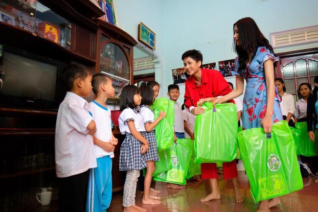H'Hen Niê cùng Hoàng Thùy về quê làm từ thiện trước khi lên đường đi thi Miss Universe - Ảnh 2.