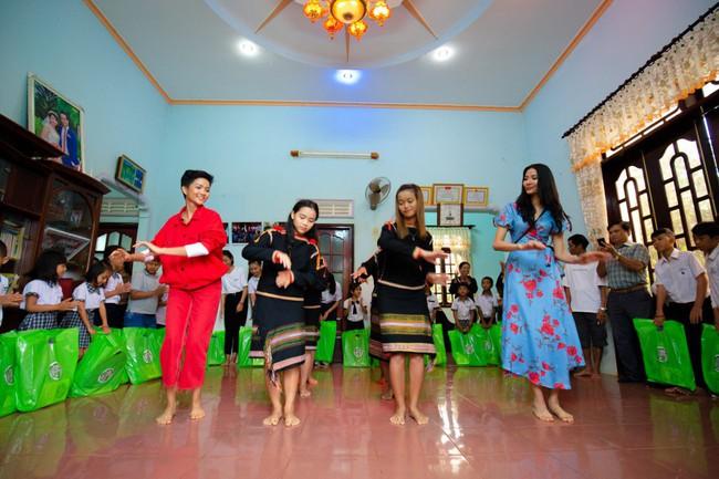 H'Hen Niê cùng Hoàng Thùy về quê làm từ thiện trước khi lên đường đi thi Miss Universe - Ảnh 3.
