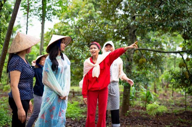 H'Hen Niê cùng Hoàng Thùy về quê làm từ thiện trước khi lên đường đi thi Miss Universe - Ảnh 5.