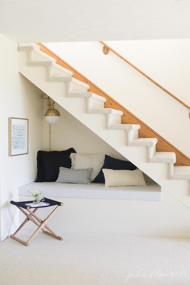 Ai mà ngờ gầm cầu thang có thể trở thành không gian đầy hữu ích lại dễ thực hiện thế này - Ảnh 1.