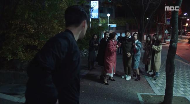 Đường đường là siêu điệp viên, So Ji Sub lại để cho nhóm các bà nội trợ vượt mặt thế này - Ảnh 1.